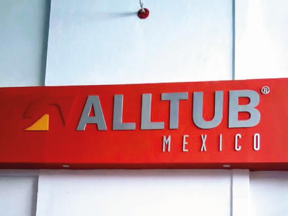 Logotipo en aluminio recortado, acabado mate, natural cepillado y esmaltado mate, montado sobre pared al interior de las oficinas.