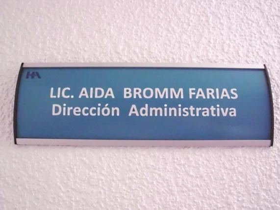 Letrero para señalización modular en interiores de oficina en aluminio y plástico con acabado elíptico y corte recto a los costados; rotulado en vinil con logotipo del cliente.