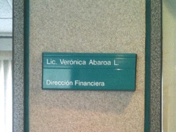Letrero para señalización modular en interiores de oficina en aluminio esmaltado corte recto, rotulado en vinil.