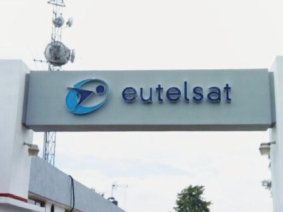 Logotipo y textos en 3D en acrílico de colores corporativos con cantos de aluminio natura acabado mate para exterior de oficinas.