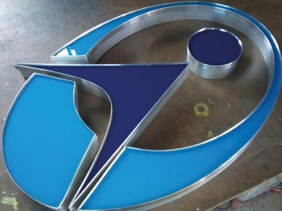 Logotipo 3D en acrílico con cantos de aluminio para interior de oficinas.