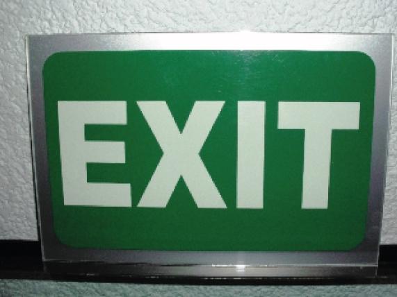 Letrero para señalización en interiores o exteriores, fabricado en aluminio mate y rotulado con vinil verde y fotoluminiscente de acuerdo a normas de protección civil