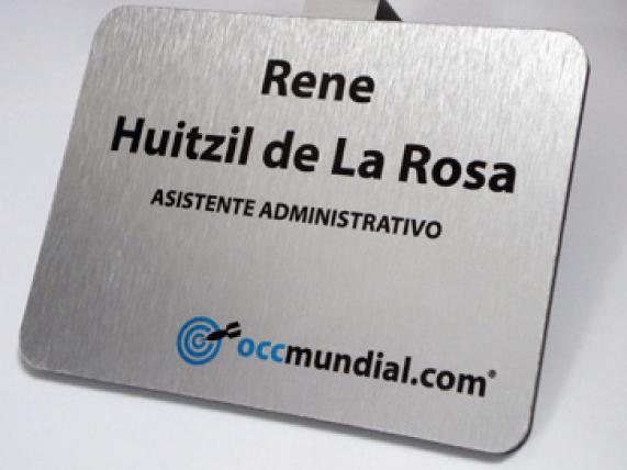 Letrero para señalización en interiores fabricado en aluminio con textos y logotipo rotulados en vinil en colores corporativos.