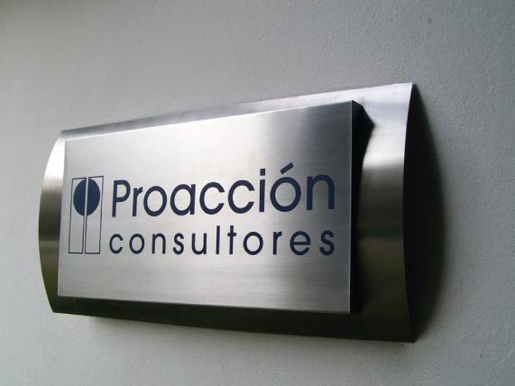 Letrero para señalización en interiores fabricado en aluminio en acabados mate y brillante rotulado con vinil en colores corporativos.