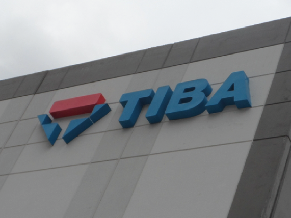 Logotipo 3D en aluminio esmaltado en colores corporativos para exterior en edificio de planta y bodega de empresa.