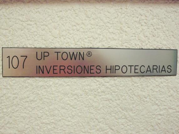 Letrero para señalización en interiores grabado en graboplay aluminio.