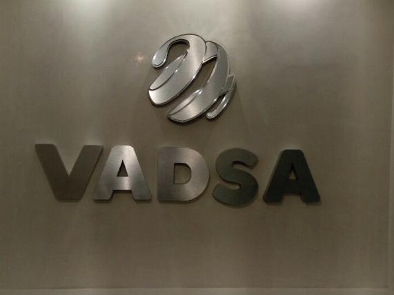 Logotipo 3D fabricado en aluminio mate y brillante para contrastar elementos. Montado directo sobre pared interior en recepción de oficinas.